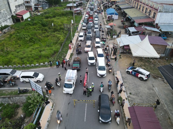 Kemacetan panjang jelang pos penyekatan di Lhokseumawe, Aceh