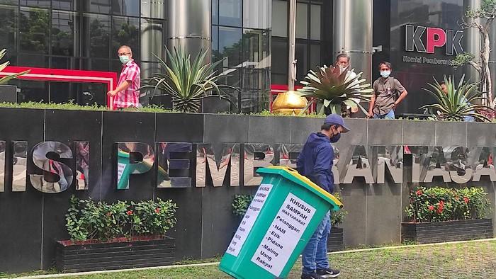 Koalisi Masyarakat Antikorupsi menggelar aksi teatrikal di depan Gedung Merah Putih KPK.