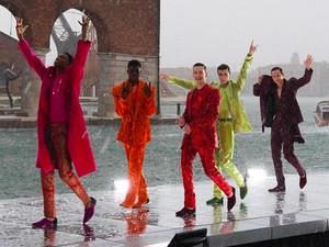 Fashion Show Dolce & Gabbana Diserbu Hujan Es, Artis Dunia Berhamburan