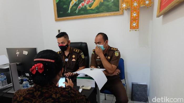 Mantan Bupati Karangasem I Gusti Ayu Mas Sumatri diperiksa Kejari terkait kasus korupsi masker. (Sui/detikcom)
