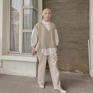 7 Inspirasi OOTD Vest Rajut dengan Hijab Mulai dari Celana Hingga Dress