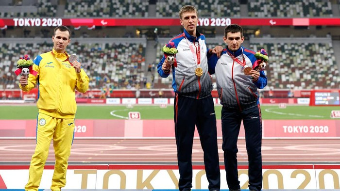 TOKYO, JAPAN - AUGUST 30: (L-R) Silver medalist Ihor Tsvietov of Team Ukraine, gold medalist Dmitrii Safronov of Team RPC and bronze medalist Artem Kalashian of Team RPC pose during the during the men's 100m - T35 medal ceremony on day 6 of the Tokyo 2020 Paralympic Games at Olympic Stadium on August 30, 2021 in Tokyo, Japan. (Photo by Tasos Katopodis/Getty Images)