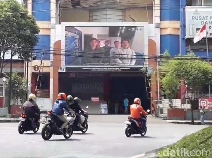 Hukuman sosial diberikan kepada pelanggar lalu lintas di Kota Malang. Wajah pelanggar akan terpampang atau tayang di videotron.
