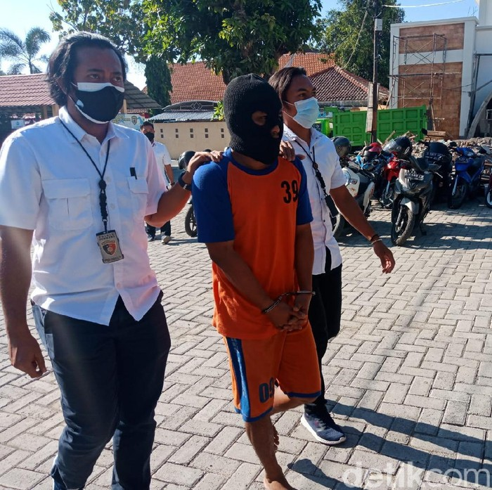 Seorang tukang parkir di Jombang tega memerkosa dua putri kandungnya sendiri. Untuk memuluskan aksi bejatnya itu, tersangka mengancam tidak akan menyekolahkan korban.
