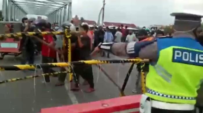 Pengemudi di Lhokseumawe Aceh marah lantaran terjebak antrean panjang penyekatan