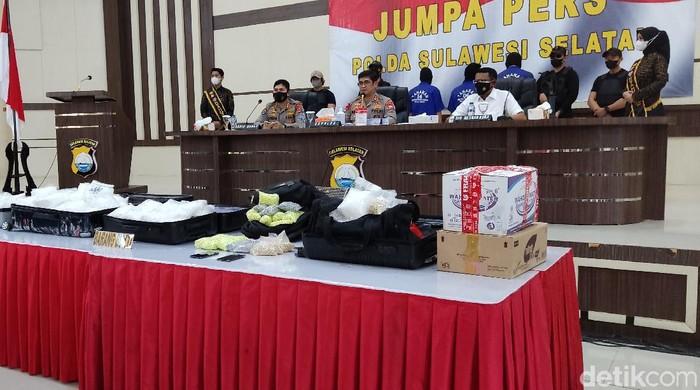 Pengungkapan 75 kg sabu di Makassar oleh Polda Sulsel. (Hermawan/detikcom)