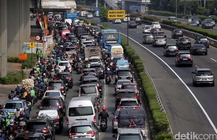 Kemacetan terlihat di Jalan MT Haryono, Jakarta. Meski PPKM di Ibu Kota kembali diperpanjang, kemacetan kembali terlihat di jalan-jalan Jakarta. Ini potretnya.
