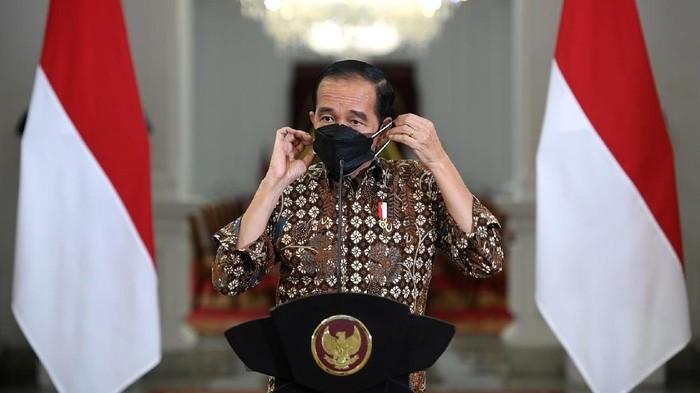 Presiden Joko Widodo melepas maskernya sebelum memberikan pernyataan pers tentang perkembangan terkini pelaksanaan Pemberlakuan Pembatasan Kegiatan Masyarakat (PPKM) di Istana Merdeka, Jakarta, Senin (30/8/2021). Presiden Joko Widodo memutuskan tetap memperpanjang kebijakan PPKM hingga 6 September 2021 meskipun perkembangan kasus COVID-19 semakin menunjukan tren penurunan. ANTARA FOTO/Biro Pers dan Media Setpres/Handout/wsj.