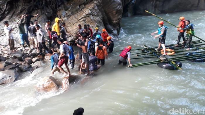 Proses evakuasi pria tenggelam di air terjung, Luwu Utara, Sulsel