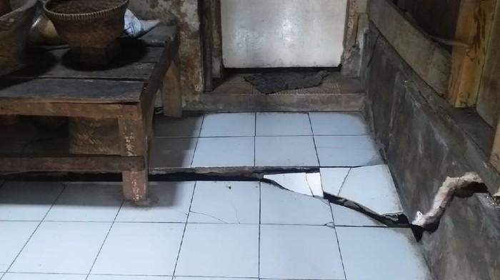 Puluhan rumah di Sumedang rusak diduga dampak proyek tol Cisumdawu