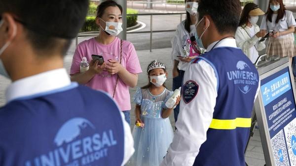 Diketahui, China akan segera membuka taman hiburan Universal Studio usai kasus Virus Corona varian Delta di negara itu dinilai telah berhasil dikendalikan. AP Photo/Ng Han Guan.