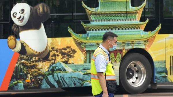 Terletak di distrik timur ibu kota Tongzhou, taman bermain tersebut terdiri dari taman hiburan Universal Studios, Universal CityWalk Beijing dan dua hotel. Tak hanya itu, mereka juga menyediakan 37 fasilitas rekreasi, atraksi bertema, dan puluhan gerai makanan dan minuman. Taman hiburan itu milik Beijing International Resort Co. Ini merupakan perusahaan patungan antara Beijing Shouhuan Cultural Tourism Investment Co dan Universal Parks & Resorts. AP Photo/Ng Han Guan.