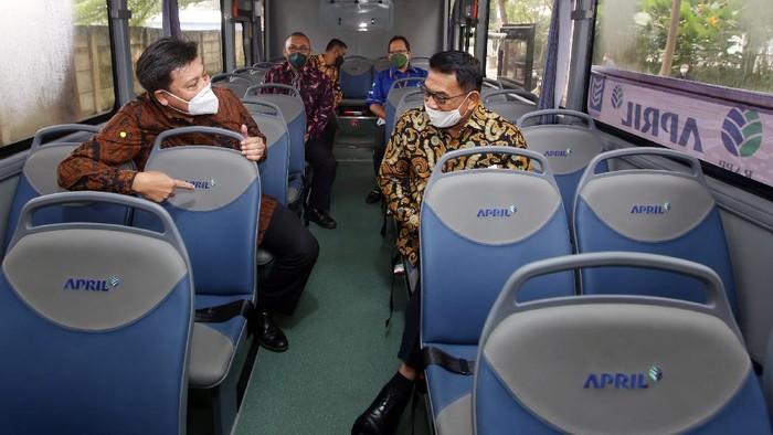 Direktur Utama PT Riau Andalan Pulp and Paper Sihol Aritonang (tengah), Founder PT Mobil Anak Bangsa (MAB) Jenderal (Purn) Moeldoko (Kanan), Presiden Direktur MAB Kelik Irwantono (kiri) memberikan keterangan seusai penyerahan bus listrik di Jakarta, Selasa (31/8/2021). Sebagai upaya menekan emisi di lingkungan perusahaan dan mendukung program pemerintah, Grup APRIL menggandeng PT Mobil Anak Bangsa (MAB) dalam menyediakan dua bus listrik (electric bus) untuk menunjang kegiatan operasional perusahaan.