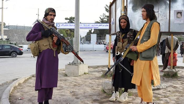 Sejumlah pasukan Taliban berjaga di area sekitar Bandara Internasional Hamid Karzai di Kabul. Mereka bersiaga di kawasan itu usai AS tinggalkan Afghanistan.
