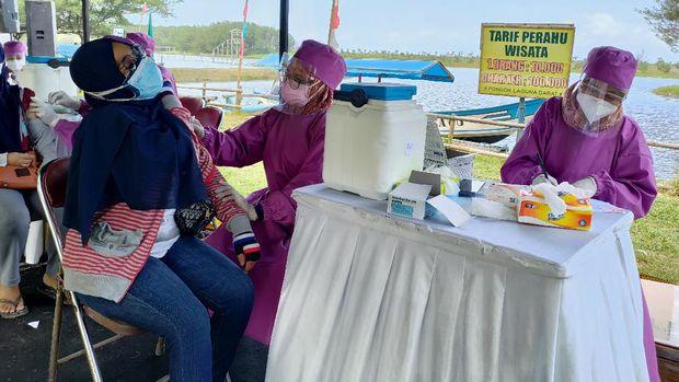 Vaksinasi Covid-19 di Pantai Glagah