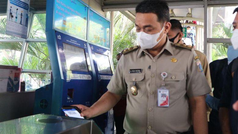 Wagub DKI Jakarta, Ahmad Riza Patria menjajal ujicoba sistem integrasi JakLingko.