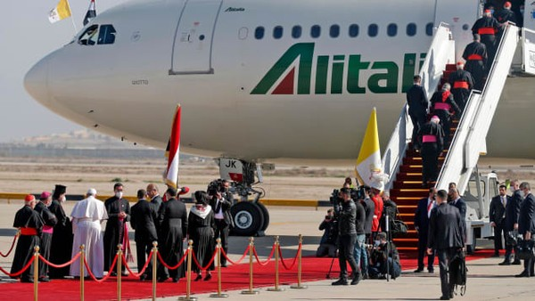 Dari tahun 1964, Alitalia adalah maskapai resmi pemimpin Gereja Katolik, Paus, dengan ukuran pesawat bervariasi berdasarkan jarak yang diterbangi. Pesawat Paus biasanya disebut sebagai gembala satu, setara dengan angkatan udara satu. Armada itu diberi nomor penerbangan AZ4000.