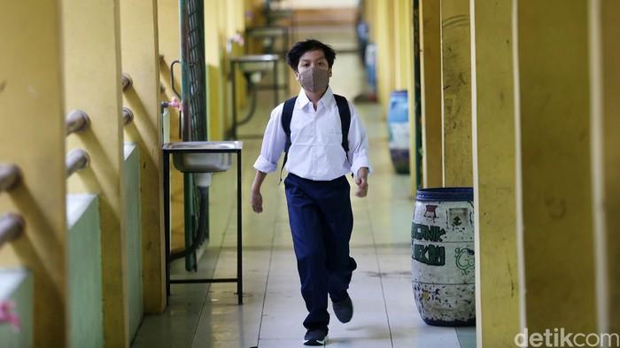 Sekolah tatap muka untuk tingkat SMP di Kota Bekasi dimulai hari ini. Sekolah tatap muka itu dengan protokol kesehatan ketat.