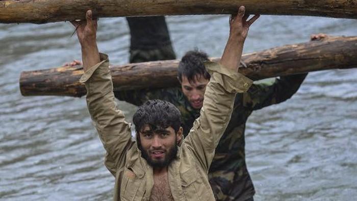Sejumlah oasukan anti Taliban besutan Ahmad Massoud berlatih keras di lembah Panjshir, Afghanistan Senin (30/8/2021).