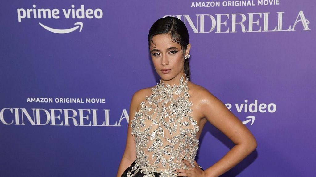 Camila Cabello Pingsan di Premier Cinderella, Pakai Gaun Hitam Dramatis