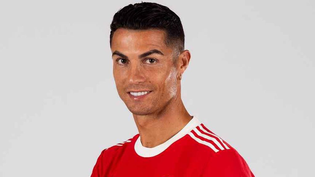 Apa Iya Ratu Elizabeth Borong Jersey MU, Minta Tanda Tangan Ronaldo?