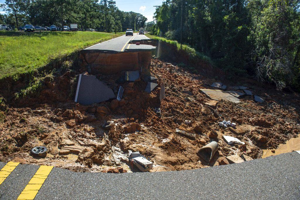Badai Ida membuat jalan raya di Mississippi, Amerika Serikat (AS), longsor. Jalan raya pun terputus dan tidak dapat dilalui.
