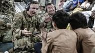 Kala Prajurit AS Hibur Anak Pengungsi di Pesawat Evakuasi