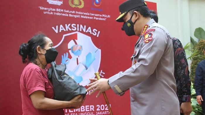 Kapolri memberikan bantuan kepada warga yang selesai menjalani vaksinasi