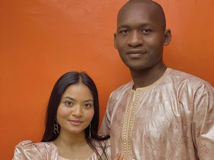Kisah cinta Nur Afilah Amir dan Adana Mohamed Camara viral di media sosial.