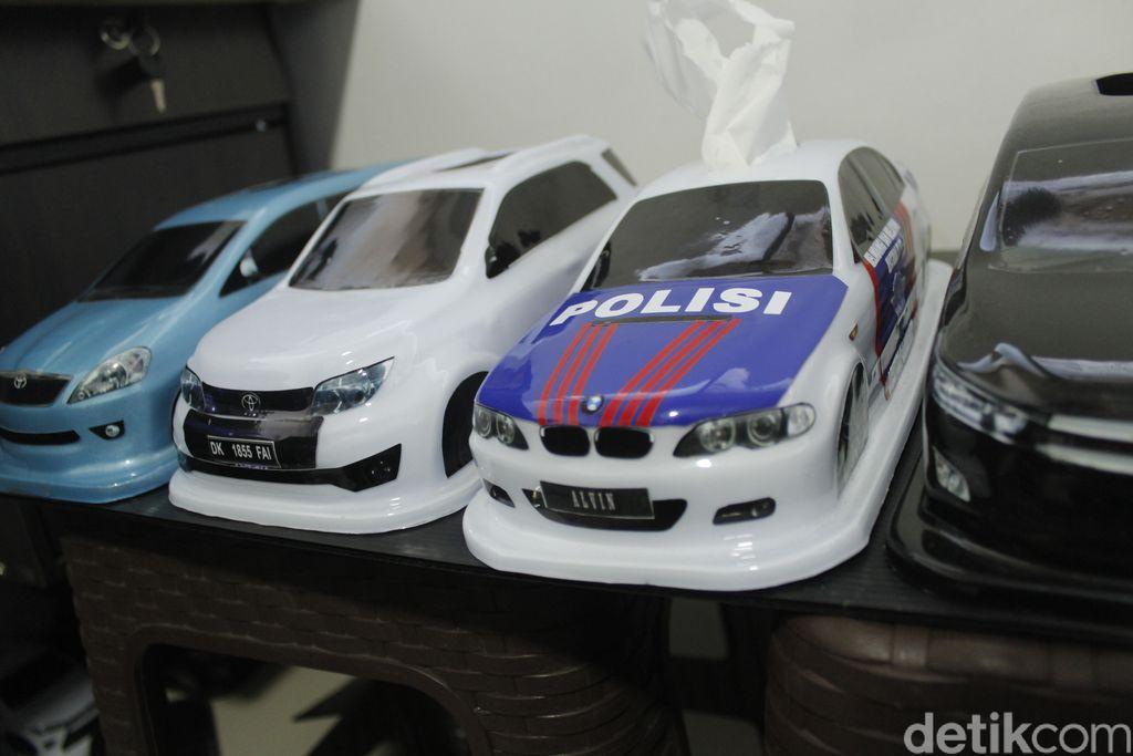 Sekelompok anak muda di Kota Bandung berkreativitas dengan menciptakan kotak tisu berbentuk mobil. Kreasi ini sasar pasar mancanegara lho.