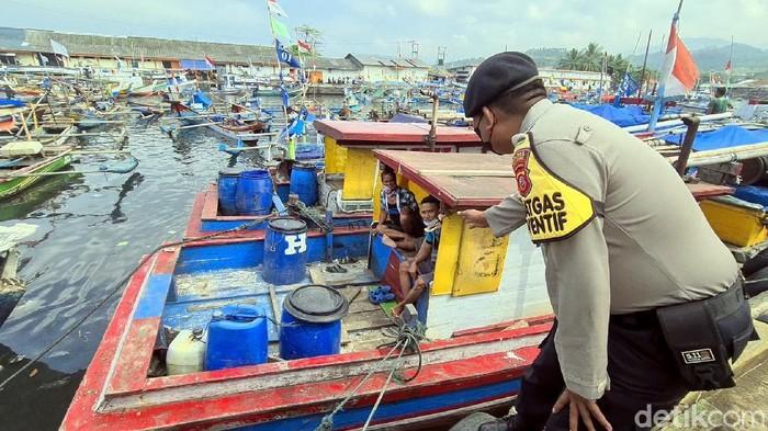 Polres Sukabumi menyisir area Pelabuhan Perikanan Nusantara (PPN) Pelabuhanratu untuk mengajak para nelayan divaksin COVID-19.