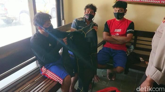 Kecelakaan laut yang menimpa kapal nelayan di perairan selatan Tulungagung menyisakan duka dan trauma. Terutama bagi tiga nelayan yang selamat.