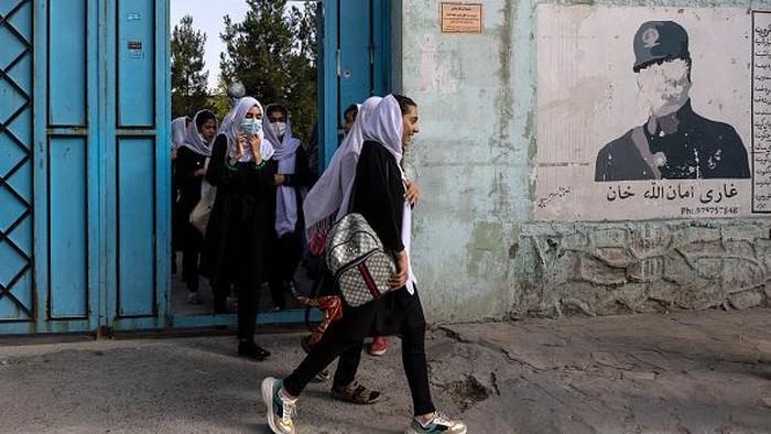 Perempuan Afghanistan Kembali Sekolah di Tengah Kekuasaan Taliban