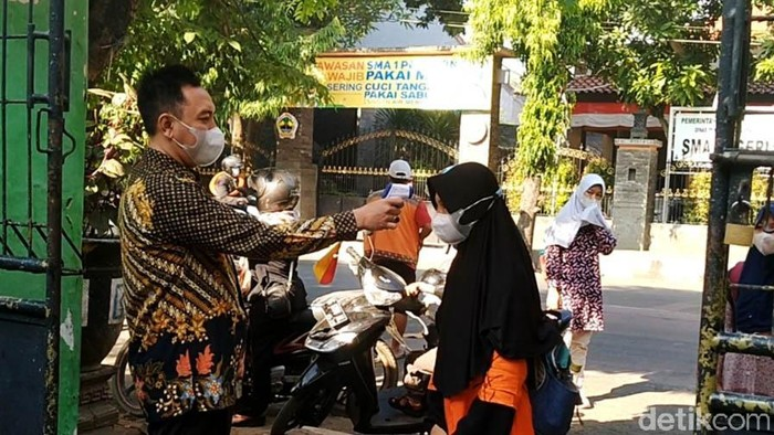 Hari ini, Rabu (01/09), Kota Pekalongan, Jawa Tengah, menggelar Pembelajaran Tatap Muka (PTM) yang pertama kalinya, setelah sekian lama libur sekolah. Menahun libur sekolah, banyak dikeluhkan seragam sekolah kekecilan tidak muat. Di Kota Pekalongan, sejumlah sekolah yang hari ini menggelar PTM, menoleransi siswanya untuk tidak mewajibkan siswanya untuk menggunakan sragram sekolah.