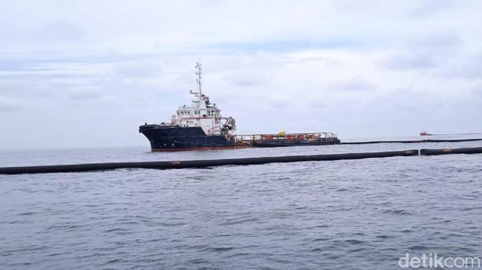 Sebuah kapal berada di lokasi diduga tumpahan minyak di Perairan Langsa, Aceh (dok Istimewa)