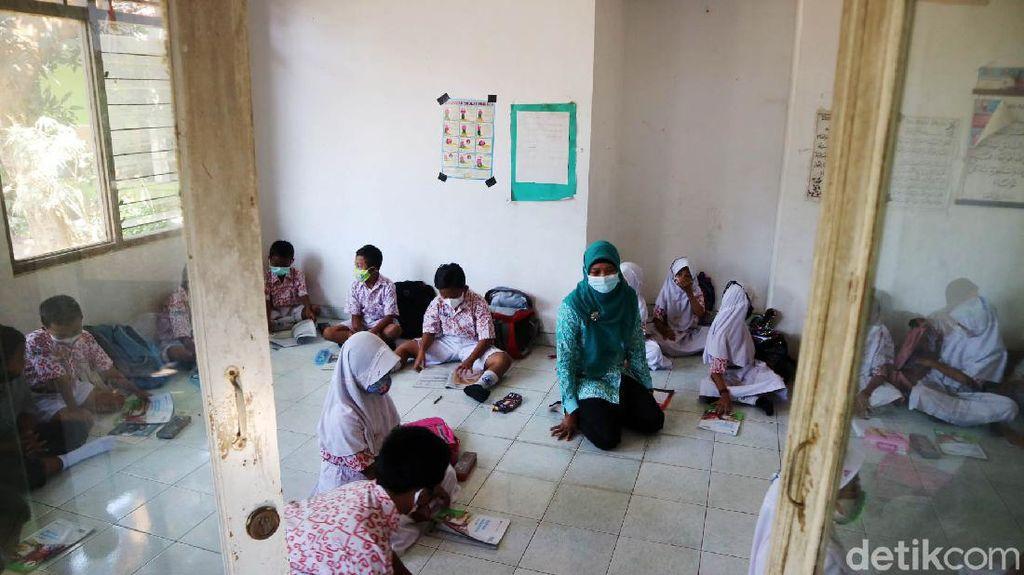 Sekolah Ambrol, Siswa SD di Kudus Tetap Semangat Belajar di Musala
