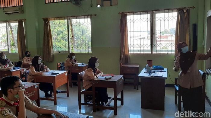 Sekolah tatap muka di SMKN 32 Jakarta