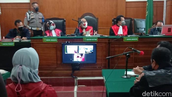 Erens (38), terdakwa kasus pembunuhan seorang member pusat kebugaran di Surabaya menjalani sidang dakwaan. Dalam sidang perdana ini, ia dijerat tiga dakwaan sekaligus oleh Jaksa Penuntut Umum (JPU).