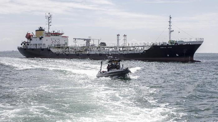 Personel TNI AL berjaga-jaga di atas kapal tanker MT Zodiac Star berbendera Panama yang di tangkap di perairan Batam, Kepulauan Riau, Rabu (1/9/2021).TNI AL menangkap kapal tanker MT Zodiac Star berbendera Panama yang memuat minyak hitam sebanyak 4600 Ton diduga Limbah  tanpa dilengkapi dokumen yang sah di perairan Pulau Tolop, Kepulauan Riau.ANTARA FOTO/Teguh Prihatna/hp.