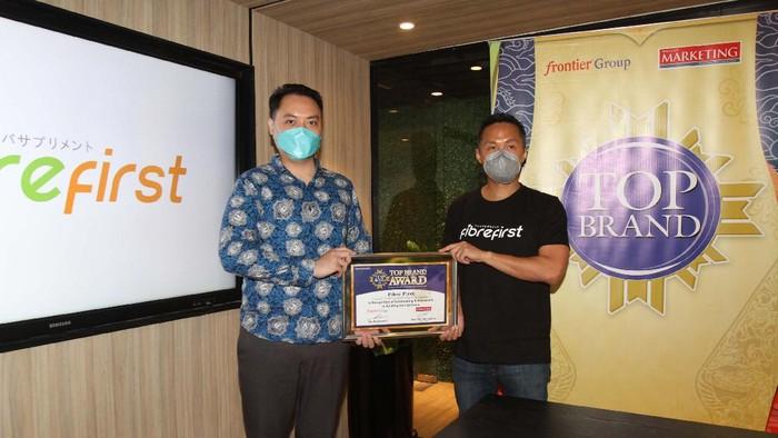 Top Brand Award Untuk Fibrefirst: CEO PT. Kobe Nutri Farma (Fibrefirst) Benny Winata (kanan) bersama COO Majalah Marketing Hartono Yarmantho saat acara penghargaan di Jakarta, Selasa (31/8). Fibrefirst sukses melampaui 3 parameter pengukuran TOp Brand yaitu aspek top of mind, last used, dan future intention dan mendapat penghargaan Top Brand Award untuk kategori healthy diet suplemen dengan TBI 47,2%. KONTAN/BAihaki/31/8/2021