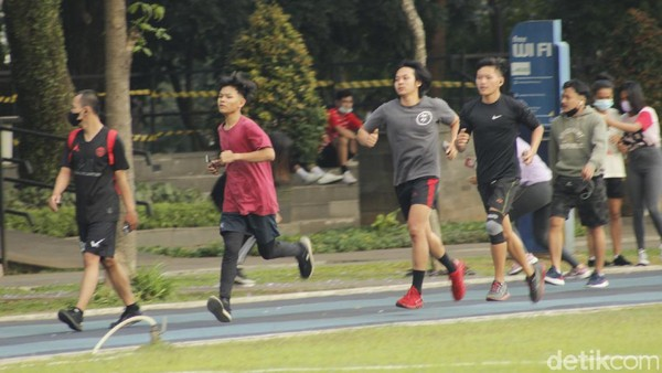 Lapangan Gasibu langsung diserbu warga Kota Bandung begitu dibuka kembali, Rabu (1/9/2021).