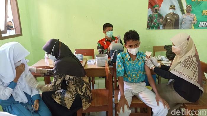 Sejumlah siswa menangis saat vaksinasi COVID-19. Mereka menangis karena takut sehingga harus dibujuk dan ditenangkan, agar berani menghadapi jarum suntik.