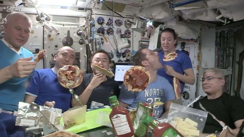 Viral Astronaut Pesta Pizza di Luar Angkasa, Adonannya Melayang!