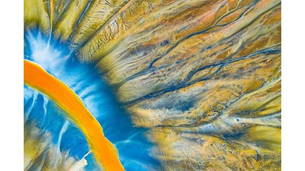 Fotografer Rumania, Gheorghe Popa, memotret sungai kecil di Pegunungan Apuseni yangberwarna-warni jugacerah.Ini dikarenakan limbah beracun dari tambang terdekat.