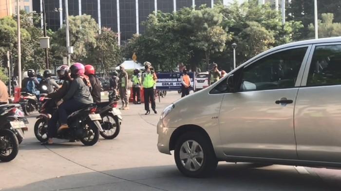 Ada Tilang Ganjil Genap, Sejumlah Kendaraan di Bundaran Senayan Dialihkan