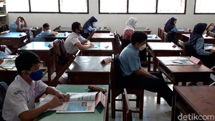Salah satu SMP di Boyolali memulai uji coba sekolah tatap muka. Siswa pun antusias mengikuti uji coba PTM yang digelar secara terbatas ini.