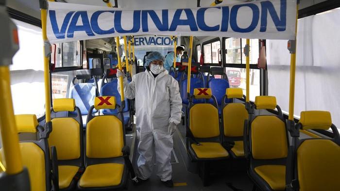 Ada yang berbeda dari bus umum di Bolivia. Bukan mengangkut penumpang untuk melakukan perjalanan, bus itu justru dijadikan lokasi vaksinasi COVID-19.