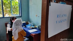 Pemkab Ciamis mengizinkan digelarnya sekolah tatap muka secara terbatas. Sejumlah sekolah pun kini gencar melaksanakan vaksinasi COVID-19 untuk para siswa.