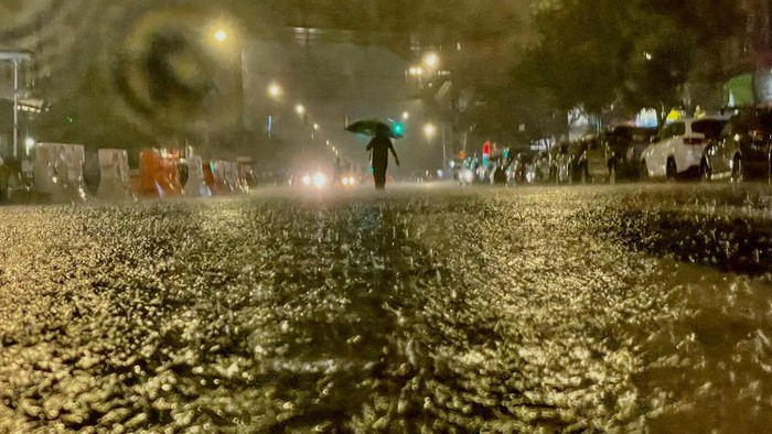 NEW YORK, NY - SEPTEMBER 01: A person makes their way in rainfall from the remnants of Hurricane Ida on September 1, 2021, in the Bronx borough of New York City. The once category 4 hurricane passed through New York City, dumping 3.15 inches of rain in the span of an hour at Central Park.   David Dee Delgado/Getty Images/AFP (Photo by David Dee Delgado / GETTY IMAGES NORTH AMERICA / Getty Images via AFP)