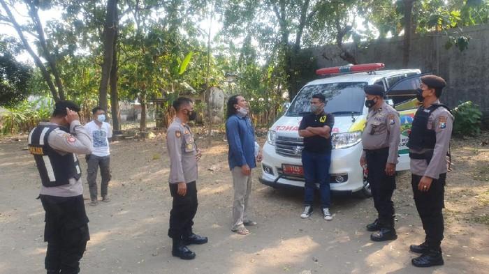 Kades Catakgayam, Kecamatan Mojowarno, Jombang, Sugeng Samsuri dianiaya orang dengan gangguan jiwa (ODGJ). Kini pelaku sudah dievakuasi ke rumah sakit jiwa (RSJ).